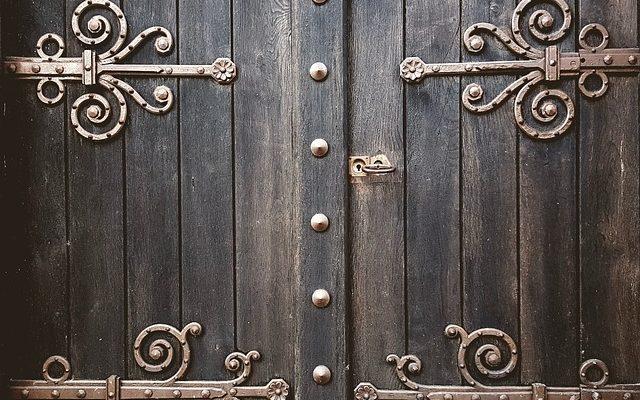 door-2664419_640
